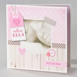 Geboortekaartje met voetjes en roze label