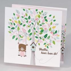 Drieluik schommelend beertje aan kleurrijke boom - meisje