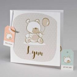 Geboortekaart met beige beer en gekleurde labels